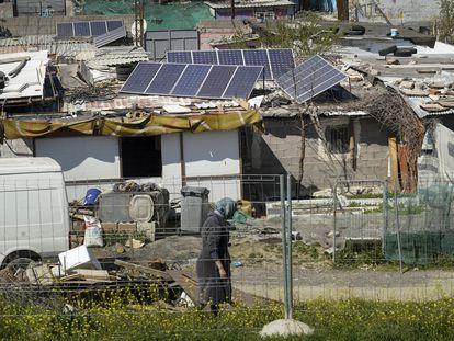 Placas solares en chabolas del sector seis de la Cañada Real madrileña tras pasar meses sin suministro eléctrico.