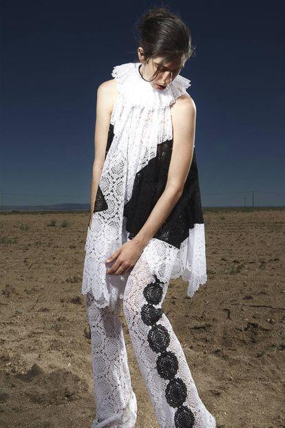 La cantante, que acaba de lanzar el disco 'La historiadora', lleva top y pantalón de encaje bicolor en blanco y negro, ambos de Loewe.