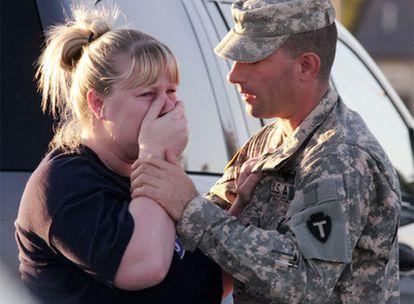 Un soldado consuela a una familiar de una víctima.