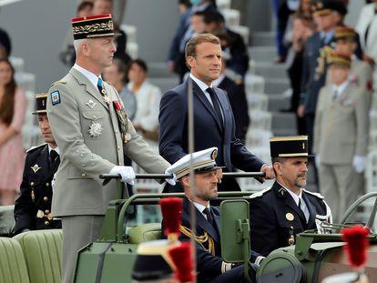 El jefe del Estado Mayor francés, general François Lecointre, con el presidente, Emmanuel Macron, en un desfile militar del pasado año.