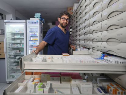 Álvaro Fernández, farmacéutico en Alcalá de Henares, desmonta bulos sobre salud y sexualidad en Tik Tok e Instagram.