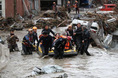 Equipos de rescate durante las labores de evacuación en la localidad turca de Bozkurt, provincia de Kastamonu.