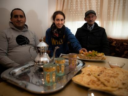 Sanaa Aboufaris Ouahlim, premio extraordinario de la ESO, con su padre Abdelmajid y su abuelo Lekbir, en su casa de Vilaboa (Pontevedra).