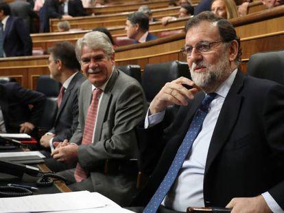 Alfonso Dastis, ministro de Exteriores, y el presidente Mariano Rajoy.