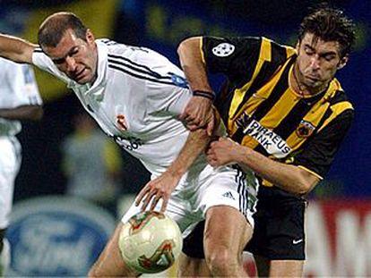 Zidane disputa el balón con el griego Zagorakis.
