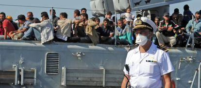 Un buque militar italiano llega al puerto de Pozzallo tras rescatar a 350 inmigrantes el pasado mes de junio.
