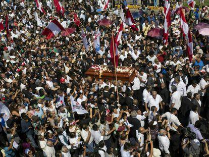 Seguidores del expresidente Alan García en el funeral.