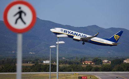 Un avión de la compañía aérea Ryanair despega en el aeropuerto de Gerona.