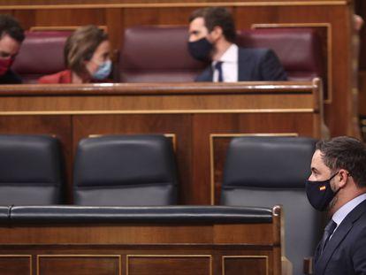 El presidente de Vox, Santiago Abascal, pasa por delante de la bancada del PP durante la segunda sesión del pleno en el que se debate la moción de censura planteada por Vox.