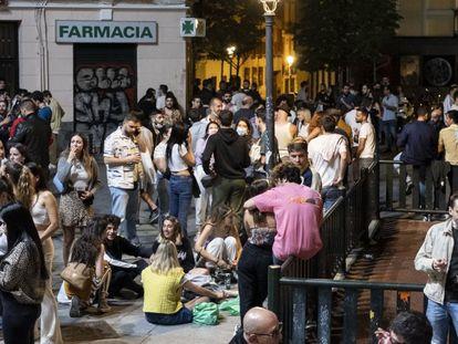 Botellón en la plaza del Rastrillo, en el barrio madrileño de Malasaña, el pasado fin de semana.