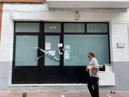 Un hombre pasa por delante del Hostal Casa Sofía, en Tetuán, que el jueves fue desalojado por una plaga de chinches.