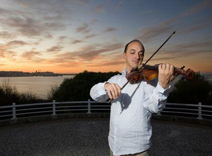 El violinista Spadano en el parque As Galeras de Oleiros (A Coruña).