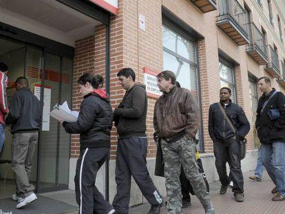 Desempleados en una oficina de Empleo de Madrid.