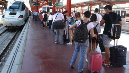 Los viajeros esperan en un andén de la estación de Chamartín, Madrid, durante un día de huelga en verano.