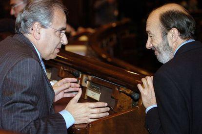 Guerra y Rubalcaba, durante un pleno en el Congreso.