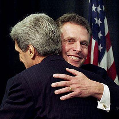 Terry McAuliffe abraza a John Kerry (de espaldas) en Washington en marzo de 2003.