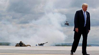 Donald Trump en un simulacro de ataque aéreo durante su visita a la base militar de Fort Drum.