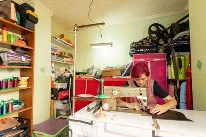 Antonia Rico, en el taller que ha instalado en su casa en Elche.