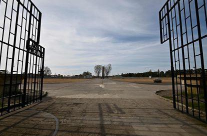 Imagen de la entrada al campo de concentración nazi de Sachsenhausen, al norte de Berlín, en 2020.