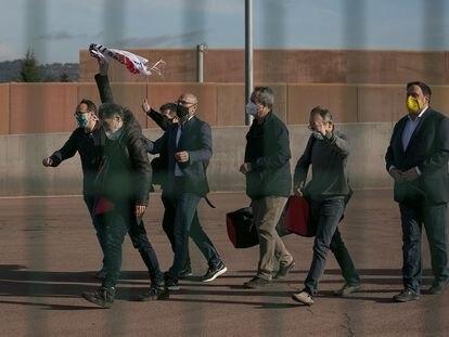 """Los presos del """"procés"""", después de que la Generalitat les concediera a finales de enero el tercer grado. Josep Rull, Jordi Sànchez, Raül Romeva, Joaquim Forn, Jordi Cuixart, Jordi Turull y Oriol Junqueras abandonan la prisión."""
