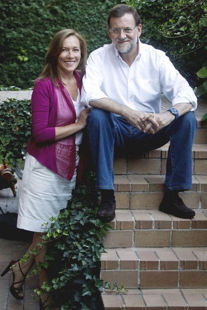 Mariano Rajoy con su esposa, Elvira Fernández, en el pequeño jardín de su casa.
