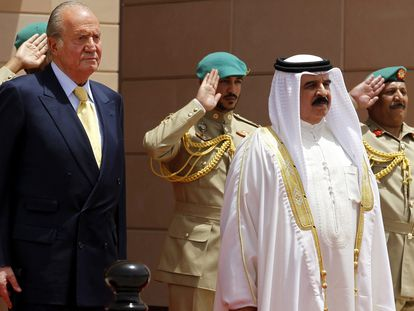 El rey Juan Carlos I y el monarca de Bahréin, Hamad bin Isa Al-Khalifa, revisan la guardia de honor en el Palacio Gudabia en Manama durante una visita en 2014.