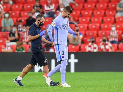 Gerard Piqué se retira lesionado el sábado durante el Athletic-Barça en San Mamés.