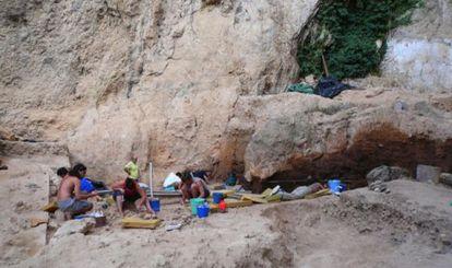 Paleontólogos trabajando en el yacimiento de El Salt, en Alicante.