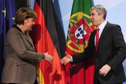 La canciller Merkel saluda al primer ministro Sócrates en Berlín, el 2 de marzo pasado.