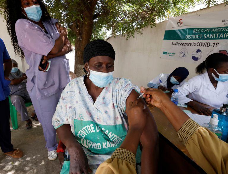 Una sanitaria recibe una dosis de la vacuna contra la covid-19 en Dakar (Senegal) este miércoles.