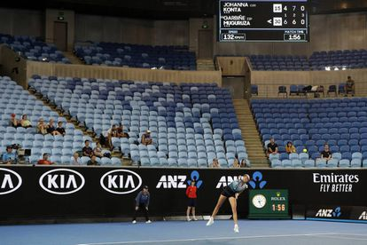 Muguruza sirve durante el partido en Melbourne frente a Konta, con las gradas de la pista Margaret Court semivacías.