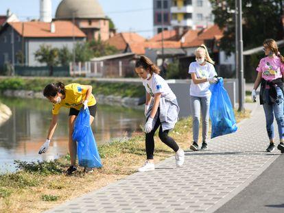 Un grupo de voluntarias de Bosnia recoge basura.