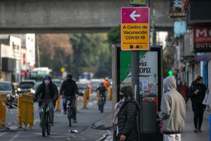 Fotografía de un cartel indicativo de un centro de vacunación de un barrio porteño, el 22 de julio en Buenos Aires (Argentina).