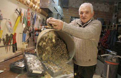 Javier Usabel 'Txipi' muestra uno de los bidones donde conserva miles de pesetas 'rubias'.