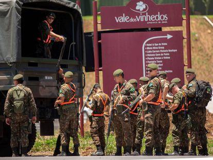 Soldados del ejército brasileño patrullan cerca del hotel Spa de Vinho, que acogerá la próxima cumbre del Mercosur, este martes, en Bento Gonçalves