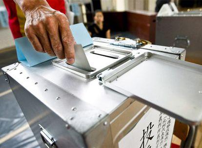 Un votante ejerce su derecho a elegir representantes