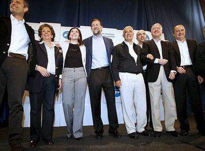 Mariano Rajoy, rodeado de los altos cargos del partido que le arroparon en el acto de Elche, entre ellos Francisco Camps, Javier Arenas y Ramón Luis Valcárcel.