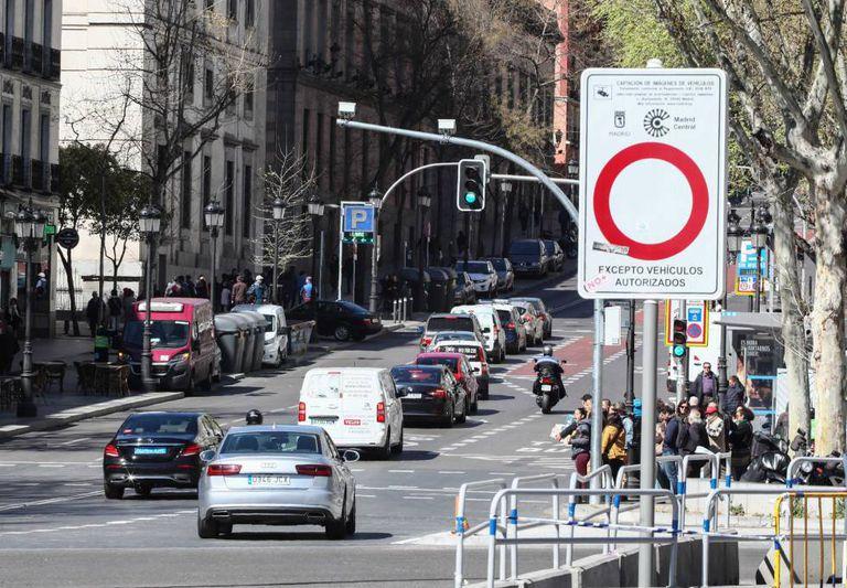 Coches en la calle de Atocha en 2019, durante el primer día laborable con multas en Madrid Central.