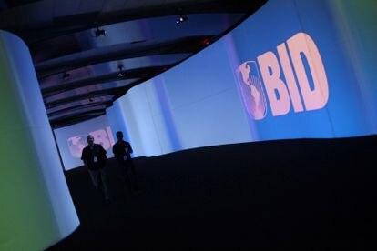 Una pantalla con el logo del Banco Interamericano de Desarrollo (BID), durante una convención en Ciudad de Panamá.