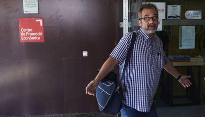 El asesor del comité de huelga de los trabajadores de Eulen, Juan Carlos Giménez, a su llegada a la asamblea.