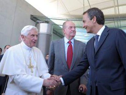 Fotografía facilitada por el Osservatore Romano que muestra al presidente del Gobierno español dando la bienvenida a Benedicto XVI, en presencia del rey Juan Carlos.
