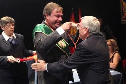El alcalde de Getafe, Juan Soler, pone la medalla de concejal al socialista Pedro Castro el pasado 11 de junio.