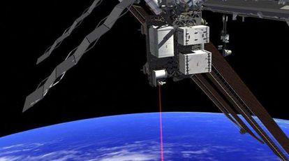 Ilustración de la Estación Espacial Internacional (ISS) con el haz láser del experimento OPALS de comunicaciones ópticas con tierra.