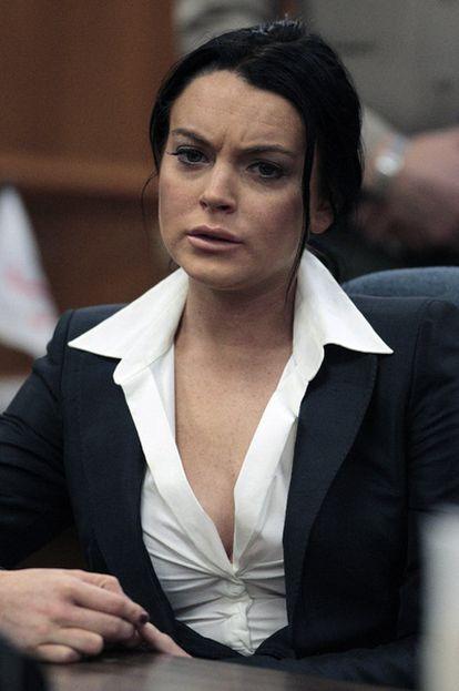 La actriz Lindsay Lohan, en el tribunal de Beverly Hills, donde la juez le ha comunicado que deberá llevar un brazalete para medir el alcohol.