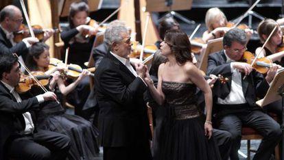 Los cantantes Plácido Domingo y Ana María Martínez, ayer en el Teatro Real.