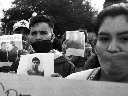 Familiares y amigos de Abel Suárez protestan en las calles de Córdoba, Argentina, para pedir justicia para el joven de 26 años, asesinado en febrero de 2021.