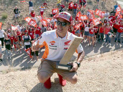 Márquez, con la réplica del monolito que corona la curva 10 de Alcañiz, ahora curva Marc Márquez.