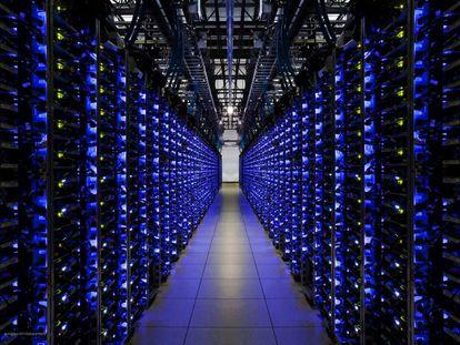 Fila de servidores en la sede de Google, en el condado de Douglas, Georgia (Estados Unidos).