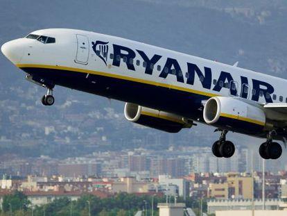 Un avión de Ryanair despega en el aeropuerto de Barcelona-El Prat