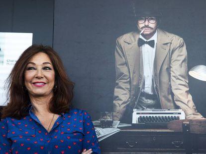 Ana Rosa Quintana posa delante de de su retrato, caracterizada como hombre en el Auditorio del Santander, en Madrid.
